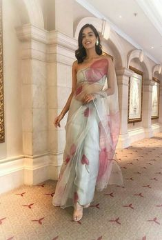 Manushi chillar in beautiful saree Trendy Sarees, Stylish Sarees, Ethnic Outfits, Indian Outfits, Indian Attire, Indian Wear, Look Fashion, Indian Fashion, Saree Fashion