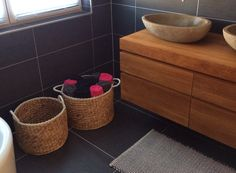 Badkamer; natuursteen met hout, zwarte tegels op vloer en wand