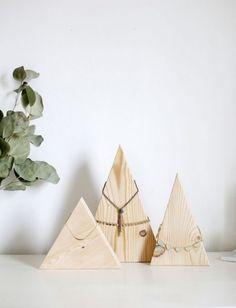 Pyramide en bois pour le rangement des colliers et bracelets
