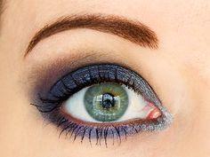 Je vous propose un smoky eye charbonneux de fêtes : bleu nuit, violet et argent, avec les ombres à paupières Magnif'Eyes Rimmel London (France).