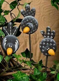 Crows On A Stick .these coulde be cut out of tin or aluminum cans and attached to garden stakes .love the cute idea! Tin Can Crafts, Clay Crafts, Diy And Crafts, Arts And Crafts, Aluminum Can Crafts, Yard Art, Country Paintings, Painting Patterns, Craft Patterns