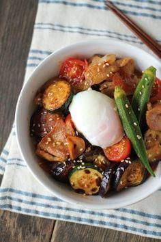 楽天が運営する楽天レシピ。ユーザーさんが投稿した「豚肉と夏野菜のうま辛スタミナ丼」のレシピページです。「豚肉×にんにく」のスタミナ丼!旬の夏野菜をふんだんに使って。ピリリとした辛さでごはんが進みます。。豚薄切り肉,なす,ズッキーニ,ミニトマト,オクラ,(A)油,(A)にんにく,(B)醤油,(B)みりん,(B)砂糖