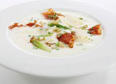 En klassisk og knallgod blomkålsuppe går aldri av moten. Ekstra god blir den med norsk blomkål, men da må du være rask siden sesongen snart er over! For et ekstra lite sting i suppen kan den krydres med en klype kajennepepper, og noen drå …