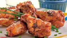 Prepara alitas de pollo y combínalas con aderezo ranch y disfruta esta rica botana, ideal para un fin de semana.