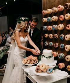 Wedding Trends All you need is love. and donuts Loving the donut wall trend! Captured by Wedding Day Wedding Planner Your Big Day Weddings Wedding Dresses Wedding bells - Wedding Donuts, Wedding Desserts, Wedding Cakes, Donut Wedding Cake, Wedding Cake Cutting, Wedding Dessert Tables, Wedding Pinata, Pizza Wedding, Wedding Balloons
