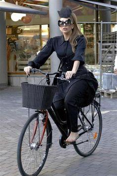 Famosos se unen al furor ciclista -Gaga-
