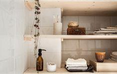 De schoonheid van alledaagse voorwerpen | bloggerscontest | Rachel | vtwonen Entryway Bench, Shelves, Furniture, Home Decor, Bathroom, Entry Bench, Washroom, Hall Bench, Shelving