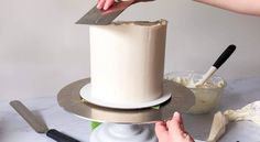 How to Fill, Stack & Crumb Coat a Layered Cake - XO, Katie Rosario Creative Cake Decorating, Cake Decorating Techniques, Creative Cakes, Decorating Cakes, Decorating Supplies, Cupcake Frosting Tips, Buttercream Frosting, Easy Unicorn Cake, Fluffy Icing