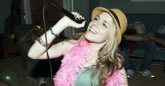 Juegos de Karaoke. Aquellos que quieran añadir emoción musical a su próxima fiesta de casa deben invertir en una máquina de karaoke, o un sistema de juego de video que tenga un juego de karaoke. Durante décadas, el karaoke ha permitido a asistentes de fiesta cantar canciones como si fueran estrellas de rock legendarias. Los juegos de karaoke permiten que todos ...