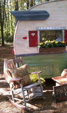 Ah, the art of glamping. Combining chic ideas with the outdoors, glamping is a way to have fun and be comfortable. Not quite camping yet not quite a s. Old Campers, Little Campers, Vintage Campers Trailers, Retro Campers, Vintage Caravans, Camper Trailers, Happy Campers, Vintage Motorhome, Shasta Trailer