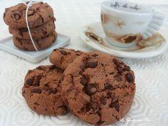 Cookies con gocce di cioccolato. I Chocolate Chip Cookies o cookies americani sono fragranti biscotti con pezzi di cioccolato fondente. Questa è la ricetta