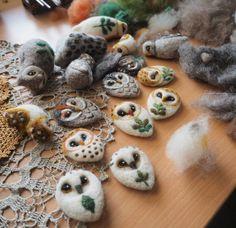 There is an owl factory on my table 😏🍃 #owl #owlstagram #needlefelting #workinprogress #felting #handcraft #felt #wool #brooches #revonvilla #fiberart #nature #natureinspired #käsityö #huopa #huovutus #neulahuovutus #luonto #pöllö #tekeillä #työpöydällä #metsä
