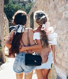 Summer Hairstyles With Scarfs Use your scarf to style your hair with these cool summer hairstyles!Use your scarf to style your hair with these cool summer hairstyles! Bff Girls, Beach Girls, Friends Girls, Beach Friends, Girlfriends, Ponytail Hairstyles, Summer Hairstyles, Hairstyles With Scarves, Fast Hairstyles