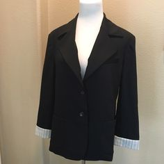 Alice + Olivia Blazer Beautiful tailored short blazer in size M. Excellent condition :) - Notch collar - 3/4 length sleeves with lined cuffs - 2 front pockets - Front 2 button closure Alice + Olivia Jackets & Coats Blazers