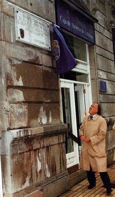 Joaquín Vaquero Palacios.Oviedo,1900-Madrid, 1998. Arquitecto, escultor y pintor. Su hijo J.Vaquero Turcios descubre una placa situada en la calle Uría en honor de su padre.