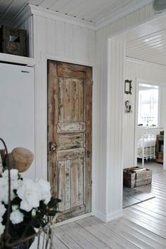 20 Ways to Re-purpose Old Doors - DIY Crafty Projects Salvaged Doors, Rustic Doors, Wooden Doors, Wooden Windows, Vintage Doors, Antique Doors, Door Design, Exterior Design, Gate Design