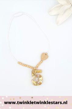 Deze verjaardagsketting heeft een in hars gegoten cijfer. Deze is gedecoreerd met gouden decoratie. Alle cijfers worden met de hand gemaakt en zijn dus uniek. De ketting is verder vorm gegeven met houten kralen. Deze verjaardagsketting geeft een kinderverjaardag een gouden randje. #kinderketting #meisjesketting #verjaardagsketting Gold Necklace, Jewelry, Fashion, Moda, Gold Pendant Necklace, Jewlery, Jewerly, Fashion Styles, Schmuck