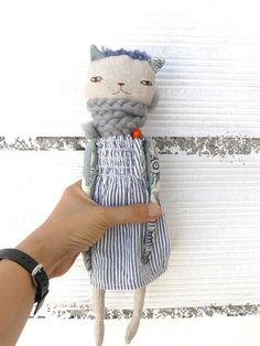 Muñeca gata de lino y algodón con bufanda de alpaca. 32 cm. Cuerpo en tela de… Doll Toys, Pet Toys, Pussycat Dolls, Handmade Stuffed Animals, Stuffed Animal Cat, Kawaii Doll, Fabric Animals, Fabric Toys, Cat Colors