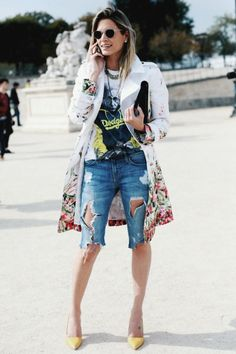 See just how one of your favorite street style gamers dress jeans along with pumps and get most of the insights you're seeking for your chosen next look. Best Street Style, Looks Street Style, Casual Street Style, Street Style Women, Street Styles, Street Chic, Casual Chic, Bermuda Shorts Outfit, Denim Shorts Outfit