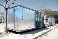 Built by RAS Arquitectos in Perleta, Spain with date Images by Sara Baeza. The booth is yet another object of the agricultural landscape surrounding the district of Perleta. Container Home Designs, Container Shop, Sea Container Homes, Shipping Container Homes, Shipping Containers, Container Architecture, Container Buildings, Facade Architecture, Contemporary Architecture