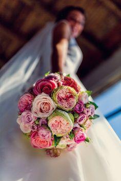 Credit: Serge Smulders Fotografie - huwelijk (ritueel), bruid, liefde, bloemstuk, bloem (plant), huwelijk (burgerlijke staat), rozen, romance (relatie), romantisch, bruids, bruidegom, betrokkenheid, viering, bloemen, geschenk, mooi