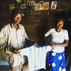 Deze ouders verloren hun kindje aan longontsteking. Ze hadden geen geld om naar het ziekenhuis te gaan. Dit shirtje is het enige aandenken aan hun zoon. Ze missen hem nog elke dag ❤ Met 3FM Serious Request 2016 gaan we de strijd aan tegen longontsteking. Help jij mee? #sr16
