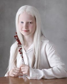 Stunning Portraits of Girl With Albinism and Heterochromia Beautiful Young Lady, Beautiful People, Modelo Albino, Albino Girl, Albino Model, White Blonde Hair, Chelsea Houska, Centre Commercial, Ethereal Beauty