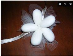 Tutorial su come creare dei fiori di confetti, ideali come pensierino o piccola bomboniera.