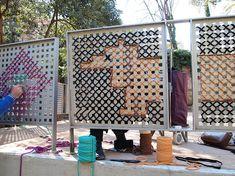 Experimento de bordado en la calle: punto de cruz gigante