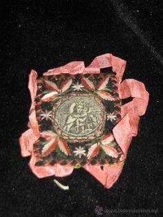 PARTE DE ESCAPULARIO DE MARIA AUXILIADORA BORDADO - LO QUE SE VE EN LA FOTO - SIN LA CINTA 7X6 CM (Antigüedades - Religiosas - Escapularios Antiguos)