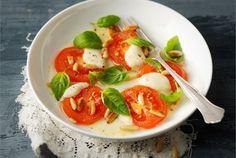 Lämmin tomaatti-mozzarellasalaatti ✦ Klassinen tomaatti-mozzarellasalaatti maistuu myös kuumennettuna. http://www.valio.fi/reseptit/lammin-tomaatti-mozzarellasalaatti/