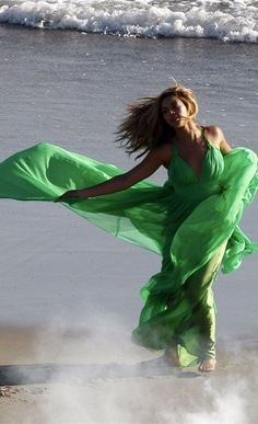 "Beyonce Halter Hunter Prom Gown In""Broken-Hearted Girl"" Video . Broken Hearted Girl, Windy Skirts, Blowin' In The Wind, Flowing Dresses, Beyonce Knowles, Beautiful Dream, Girl Gifs, Queen B, Shades Of Green"