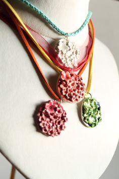 Coloratissime Collane con ciondolo in ceramica by StrawberryThings