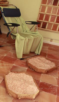 Or this could work too! Himalayan salt tiles & foot bath for sauna Salt Room Therapy, Massage Therapy Rooms, Massage Room, Foot Massage, Himalayan Salt Stone, Himalayan Pink Salt, Pink Sea Salt, Piscina Spa, Salt Cave