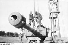 [Photo] Repairing a Tiger I heavy tank, Russia, 21 Jun 1943, photo 20 of 21 | World War II Database