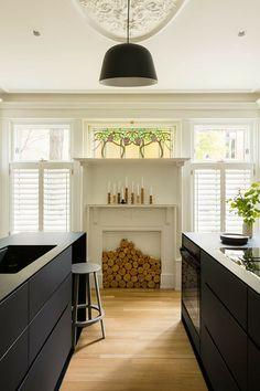 Appartement du Parc La Fontaine La Shed Architecture, Black Kitchens, Kitchen Cabinets, Shelves, Interior Design, The Originals, Modern, Furniture, Home Decor