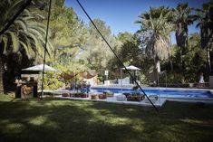 De tuin van Can Mimosa, een groene oase gedecoreerd door Velvet Circus