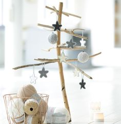 Modèle suspension d'étoiles - Modèles Accessoires - Phildar Christmas Knitting, Christmas Inspiration, Decoration, Wind Chimes, Crochet, Macrame, Candle Holders, Place Card Holders, Diy