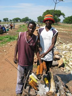 These corn seem like they burned but when you eat them they are so nice, they have good test too. Some people eat them with pepers. Zimbabwe Food, Zimbabwe Africa, Zimbabwe Recipes, African Men, African Safari, Zimbabwe History, African Colors, Africa Art, House On The Rock