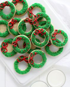 Christmas Food And Snack Ideas For Parties - Christmas baking Christmas Wreath Cookies, Christmas Biscuits, Holiday Cookies, Holiday Desserts, Holiday Baking, Holiday Recipes, Christmas Wreaths, Simple Christmas, Christmas Baking Gifts