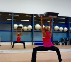 #Step mal anders!  Bringen Sie Abwechslung in Ihren Kursalltag. Neben einem effektiven #Cardio Training, lässt sich das Step auch fürs Kraftausdauertraining nutzen.  Kombinieren Sie doch einfach Cardio- und Workouteinheiten in Ihrer Stepstunde – ein spaßiges Ganzkörpertraining mit garantiertem Nachbrenneffekt! #Fitness #Workout  https://www.kuebler-sport.de/fitness-functional-training.html