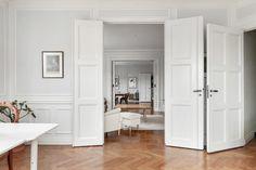 Mäklare i Stockholm, Göteborg, Malmö och Båstad - Skeppsholmen Fastighetsmäkleri Sotheby's Realty Room Inspiration, Decor, Inspiration, Furniture, Living Room Inspiration, Living Room, Home, Cabinet, Room