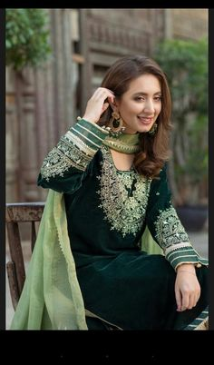 Beautiful Pakistani Dresses, Pakistani Formal Dresses, Pakistani Fashion Casual, Indian Bridal Fashion, Pakistani Outfits, Punjabi Fashion, Velvet Pakistani Dress, Pakistani Dress Design, Velvet Dress Designs
