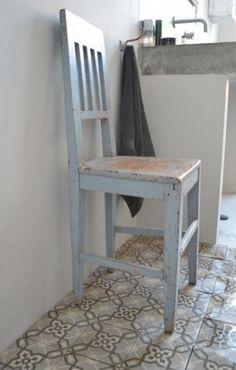 Leuke stoere badkamer met oude tegeltjes en betonnen wasbak.