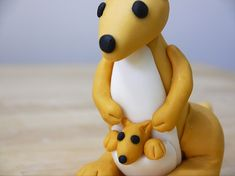 When I was little, I had a mother and baby kangaroo fluffy toy that I absolutely loved, so I thought I would show you how to recreate it in sugar. I have simplified the details and made the kangaroos slightly more realistic, but you can add as many extra touches as you like. This is …