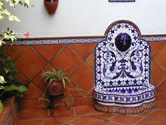 Fuente de pared FT5N decorada en azul y blanco (Sevilla) http://www.ceramicacampos.com/catalogo/fuente_de_jardin_ft5n.html
