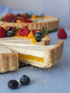 Mango Tarte mit Rosmarin Panna Cotta – La Crema - Mango tart with rosemary panna cotta Tart Recipes, Baking Recipes, Sweet Recipes, Cookie Recipes, Dessert Recipes, Quiche Recipes, Food Cakes, Bundt Cakes, Torte Au Chocolat