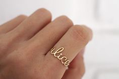 Anel Nome / Name ring - Feitas a partir de um fio de ouro amarelo, as letrinhas desse anel são delicadamente moldadas à mão. Um trabalho minucioso que exige muito cuidado, especialmente para peças tão pequenas como essa. #joiasliê