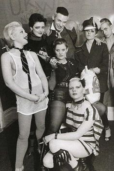 Ray Stevenson's classic 1976 pic of some of the Bromley Contingent, plus Soo Catwoman who came from Ealing Vintage Goth, Moda Vintage, Pop Punk, Catwoman, Ying Gao, God Save The Queen, Les Aliens, Punk Mode, British Punk