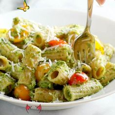 Healthy Baked Pesto Rigatoni This Healthy Baked Pesto Rigatoni is tossed with heirloom tomatoes and a saucy spinach pesto that will knock your socks off. #pasta #vegetarian #sugarfree #recipe | pinchofyum.com<br> Healthy Pesto, Healthy Chicken, Healthy Baking, Baked Chicken, Chicken Recipes, Healthy Food, Rigatoni Al Horno, Baked Rigatoni, Healthy Drinks